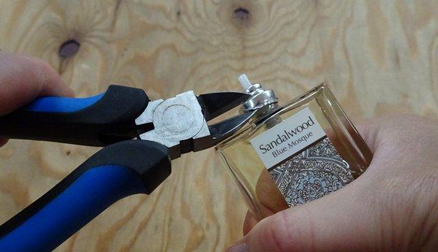 香水ボトルを開ける